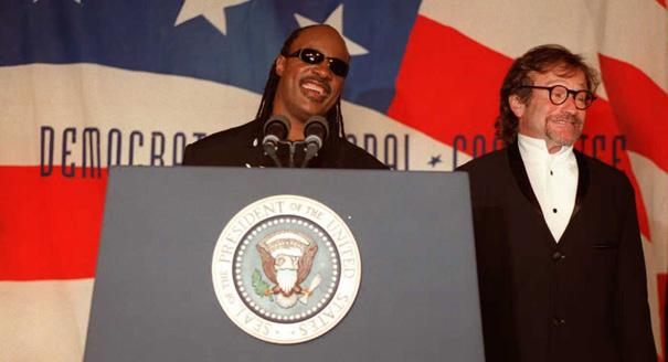 Robin Williams and Steve Wonder at Democratic Party fundraiser in Washington, May 8, 1996. (Source: Getty)
