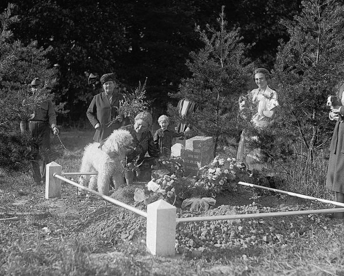 Dog funeral at Aspin Hill Pet Cemetery, October 7, 1921. (Source: Library of Congress)